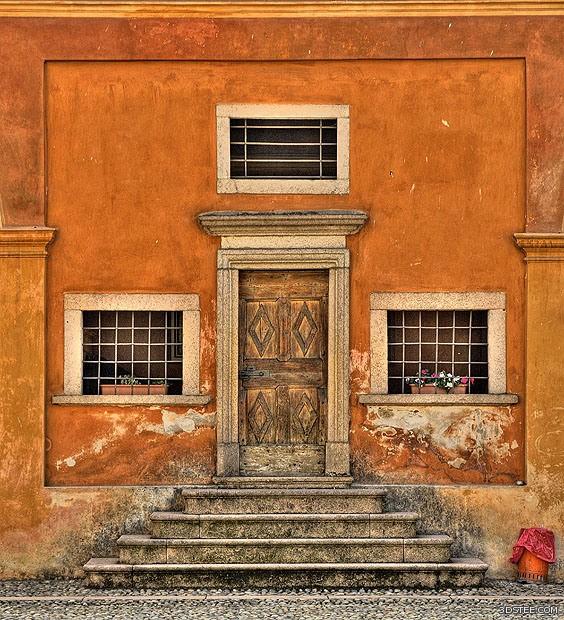 تم كسر التماثل في هذه الصورة للمعبد بواسطة الدلو الذي يقع في أسفل الزاوية اليمنى.