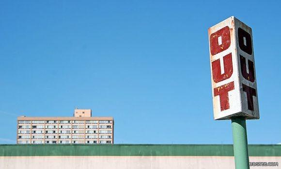 """هنا، تمت موازنة """"الثقل"""" البصريّ للوحة بواسطة المبنى الموجود في الجانب الآخر للصورة."""